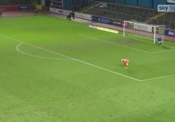 Inghilterra, l'attaccante gioca a «nascondino» con il portiere e segna Hallam Hope è un attaccante che ha fatto della furbizia una delle sue qualità - Dalla Rete