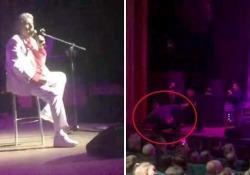 Kiev, paura per Toto Cutugno durante il concerto: un uomo sale sul palco Viene fermato dagli uomini della sicurezza. L'artista stava cantando «L'italiano» - CorriereTV
