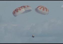 L'atterraggio di Dragon, la prima navicella privata dopo aggancio a Iss È ammarata al largo della Florida con a bordo solo un manichino - Corriere Tv