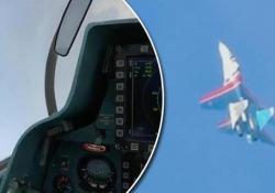 La manovra acrobatica da brivido: la «scivolata di coda» del caccia russo Il filmato dalla cabina di pilotaggio - CorriereTV