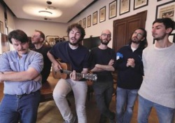 La musica dei Pinguini Tattici Nucleari nasce in un «alveare» Il 5 aprile è uscito il nuovo album della band bergamasca, «Fuori dall'hype» - CorriereTV