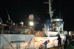 Mare Jonio a Lampedusa, le foto dell'arrivo e la protesta con il parroco