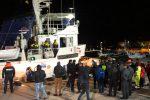 Mare Jonio in porto a Lampedusa, sbarcano i migranti: sequestrata la nave