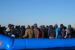 Nave Mare Jonio al largo di Lampedusa, ispezione della finanza a bordo - Video