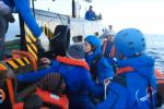 La Mare Jonio con 49 migranti si ferma vicino a Lampedusa, Salvini: in Italia non mettono piede