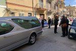 Omicidio-suicidio nel Trapanese, strangola la moglie e si uccide con un coltello a Castelvetrano