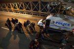 Assolto l'agente che sparò a un nero, proteste in piazza a Pittsburgh
