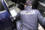 Distrugge il finestrino di una Smart per depredarla, arrestato a Messina
