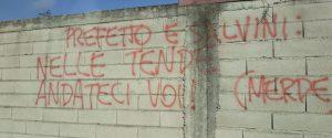 """""""Nelle tende andateci voi m..."""", a Rosarno scritte offensive contro Salvini e il prefetto"""