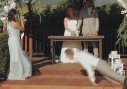 «Sì, lo voglio». E il testimone dello sposo stramazza a terra sull'altare Momenti di paura durante un matrimonio a Washington - CorriereTV