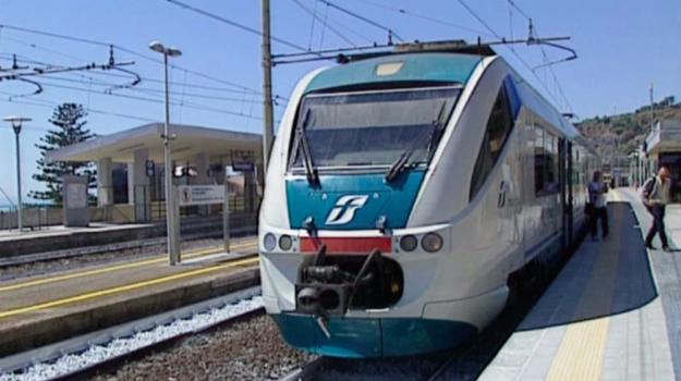 bianco, bovalino, lancio sassi treno, treno, Reggio, Calabria, Cronaca