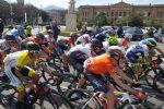 I ciclisti del Giro di Sicilia davanti a piazza Unione Europea