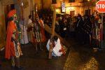 """La """"Via Crucis"""" dei giovani a Squillace, centinaia di persone al seguito della processione - Foto"""