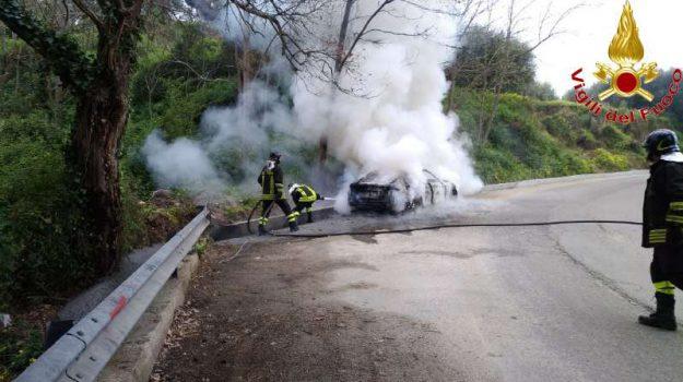 auto in fiamme, nicotera, vigili del fuoco, Catanzaro, Calabria, Cronaca