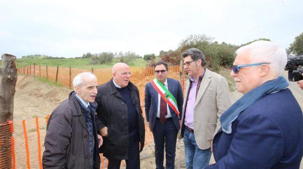 Oliverio a Ferramonti di Tarsia per festeggiare il 25 Aprile e per visitare il cantiere del Cimitero dei Migranti