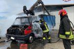 Camion in fiamme e bombola di gas squarciata, vigili del fuoco in azione a Crotone - Foto