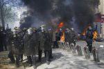 """A Parigi torna il caos, i gilet gialli contro """"la truffa Notre-Dame"""": 250 fermi"""