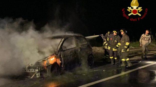 auto a fuoco, isola di capo rizzuto, Catanzaro, Calabria, Cronaca
