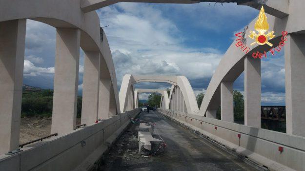 Camion contro le arcate di un ponte tra Isca e Badolato: divelta una trave, statale 106 chiusa