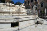 """La """"Fontana più bella del Cinquecento Europeo"""" senz'acqua e gli alberelli che crescono all'interno"""