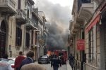 Reggio, auto in fiamme nel centro cittadino - Le foto