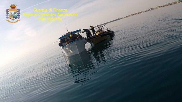 cirò marina, pesca abusiva di novellame, pesca di frodo, pescatori abusivi, resistenza a nave da guerra, resistenza a pubblico ufficiale, Catanzaro, Calabria, Cronaca