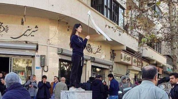 carcere donna, iran, velo, Vida Movahed, Sicilia, Mondo