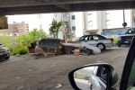 Discarica e asfalto dissestato in via Portanuova a Reggio Calabria: la segnalazione di una lettrice