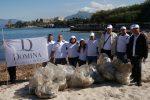 Volontari con disturbi psichici ripuliscono la spiaggia di Santa Flavia: il video