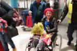 Trapani riabbraccia Angela: torna a casa la ragazza ferita nell'esplosione di Parigi - Video