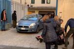 Malore di una donna all'uscita dalla Questura dei tre giovani arrestati per violenza sessuale a Reggio - Video