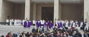 Un momento della cerimonia che ha avviato la causa di beatificazione di Natuzza