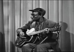 Blind Connie Williams, il bluesman mai morto, esegue «Take my hand, precious Lord» Di questo musicista di strada vissuto a Philadelphia a metà 900 - cieco, sciancato, senza denti e capelli - non si sa bene neanche data di nascita e morte, ma il video tratto da YouTube, in cui esegue un traditional b...