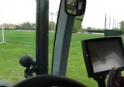 """Bologna, Dijks guida un trattore per arrivare agli allenamenti I tifosi del Bologna lo chiamano il """"trattore"""" per sua corsa instancabile sulla fascia - Dalla Rete"""