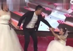 Cina: durante le nozze spunta la ex fidanzata Con l'abito da sposa chiede all'ex di tornare con lei - CorriereTV