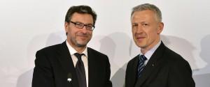 Giancarlo Giorgetti consegna a Octavio Morariu la lettera di garanzie finanziarie del governo italiano