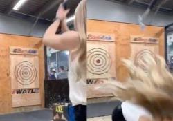 Il lancio dell'ascia: la ragazza rischia la testa L'ascia rimbalza e torna indietro - CorriereTV