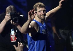 Il toccante addio al basket del campione Dirk Nowitzki Il cestista dei Mavericks chiude la sua carriera in NBA davanti ad una folla in delirio - CorriereTV