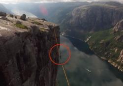 In equilibrio sulla slackline a 1000 metri d'altezza in mezzo ai fiordi Il protagonista della performance è il norvegese Espen Hatleskog - CorriereTV