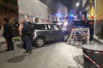 Incidente a Catanzaro, auto sbanda e travolge due mezzi parcheggiati e un ponteggio