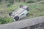 Auto esce fuori strada a Squillace, feriti due giovani