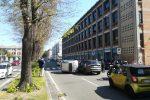 Tampona un'auto parcheggiata e si ribalta, spettacolare incidente in via Garibaldi a Messina