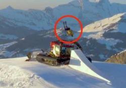 L'acrobazia: lo sciatore rischia di schiantarsi contro il gatto delle nevi Il salto del francese Candide Thovex - CorriereTV