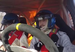 L'auto da rally si incendia durante la corsa: panico nell'abitacolo Durante il «Rally de Ranchos» in Argentina - CorriereTV