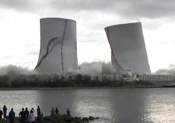 La spettacolare implosione delle torri: giù la centrale a carbone Sono crollate in pochi secondi durante l'implosione della centrale di Brayton Point, in Massachusetts - CorriereTV