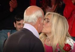 Mara Venier si emoziona per la sorpresa del marito Nicola Carraro. E scatta il (quasi) bacio in diretta tv La conduttrice di «Domenica In» sorpresa dal marito - Corriere Tv