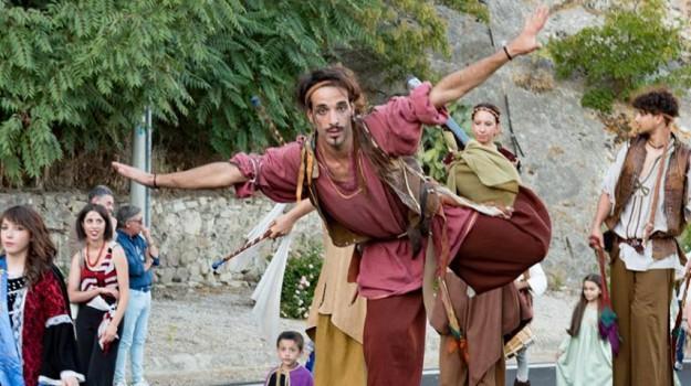 Viaggio nel Medioevo a Montalbano Elicona: da domani giullari, fuochisti e acrobati animano il castello - Foto
