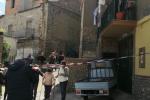 Uccisa a coltellate a Cassano, irreperibile il marito - Video