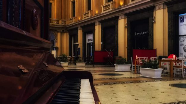 dietrofront del sindaco, galleria vittorio emanuele, pianoforte, Cateno De Luca, Messina, Sicilia, Cronaca
