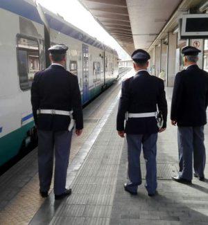 Agenti della Polizia ferroviaria in una stazione
